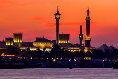 Οικοδόμηση ενός μουσουλμανικού τεμένους στο ηλιοβασίλεμα στον κολπίσκο του Ντουμπάι Στοκ Εικόνες