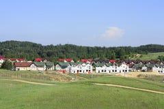 Οικοδόμηση ενός χωριού εξοχικών σπιτιών κοντά στο δάσος Στοκ φωτογραφία με δικαίωμα ελεύθερης χρήσης