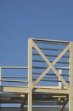 Οικοδόμηση κάτω από μπλε πονηρό κατασκευής Στοκ Φωτογραφία
