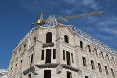 Οικοδόμηση κάτω από την κατασκευή και το βραχίονα γερανών πύργων Στοκ Φωτογραφία