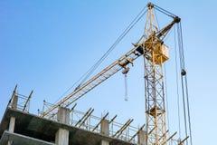 Οικοδόμηση κάτω από την κατασκευή και το γερανό στοκ φωτογραφία με δικαίωμα ελεύθερης χρήσης