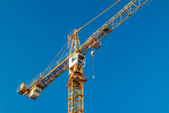 Οικοδόμηση κάτω από την κατασκευή και το γερανό στοκ εικόνες με δικαίωμα ελεύθερης χρήσης