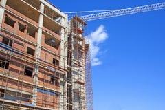 Οικοδόμηση κάτω από την κατασκευή με τα υλικά σκαλωσιάς και το βραχίονα του πύργου Γ Στοκ φωτογραφίες με δικαίωμα ελεύθερης χρήσης