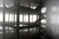 Οικοδόμηση κάτω από την κατασκευή στην ομίχλη Στοκ εικόνα με δικαίωμα ελεύθερης χρήσης