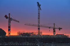 Οικοδόμηση κάτω από την κατασκευή στο ηλιοβασίλεμα Σκηνές νύχτας Στοκ Εικόνα