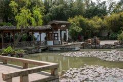 Οικοδόμηση κήπων της λεπτής δυτικής λίμνης Yangzhou Στοκ Φωτογραφία