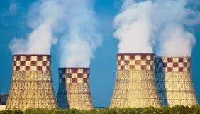 Οικοδόμηση καπνού σταθμών παραγωγής ηλεκτρικού ρεύματος βιομηχανική Στοκ φωτογραφία με δικαίωμα ελεύθερης χρήσης