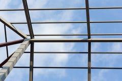 Οικοδόμηση κατοικημένου κτηρίου ζευκτόντων στεγών ακτίνων χάλυβα Στοκ εικόνες με δικαίωμα ελεύθερης χρήσης