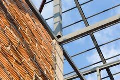 Οικοδόμηση κατοικημένου κτηρίου ζευκτόντων στεγών ακτίνων χάλυβα Στοκ Φωτογραφία