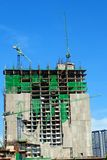 Οικοδόμηση κτηρίου με το γερανό Στοκ εικόνα με δικαίωμα ελεύθερης χρήσης