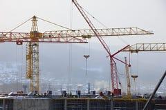 Οικοδόμηση κτηρίου με το γερανό Στοκ εικόνες με δικαίωμα ελεύθερης χρήσης