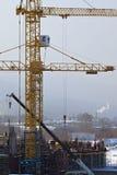 Οικοδόμηση κτηρίου με το γερανό Στοκ Εικόνες