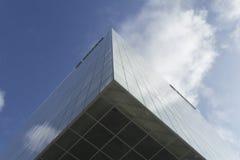 Οικοδόμηση με τα σύννεφα που απεικονίζονται Στοκ Εικόνα