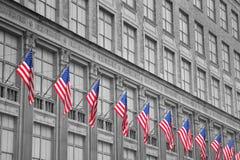 Οικοδόμηση με τις αμερικανικές σημαίες στοκ φωτογραφίες με δικαίωμα ελεύθερης χρήσης