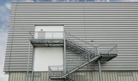 Οικοδόμηση με τις εξόδους κινδύνου Στοκ φωτογραφίες με δικαίωμα ελεύθερης χρήσης