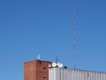 Οικοδόμηση με τις κεραίες και το δορυφορικό πιάτο Στοκ εικόνα με δικαίωμα ελεύθερης χρήσης