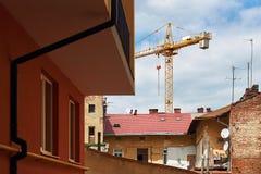 Οικοδόμηση με το γερανό στην παλαιά πόλη Στοκ Εικόνα