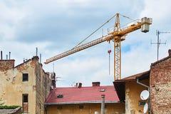 Οικοδόμηση με το γερανό στην παλαιά πόλη Στοκ φωτογραφία με δικαίωμα ελεύθερης χρήσης