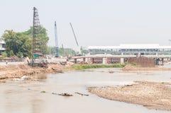Οικοδόμηση μιας γέφυρας πέρα από τον ποταμό στοκ φωτογραφία με δικαίωμα ελεύθερης χρήσης