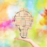 Οικοδόμηση μιας νέας δημιουργικής ιδέας τουβλότοιχος με συμένος lightbulb Στοκ Εικόνα