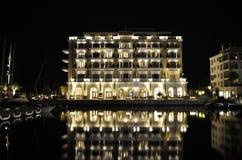 Οικοδόμηση πολυτέλειας του ξενοδοχείου με την αντανάκλαση, Μαυροβούνιο Στοκ φωτογραφία με δικαίωμα ελεύθερης χρήσης