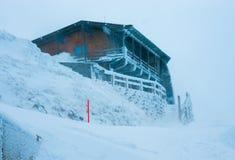 Οικοδόμηση στην κορυφή ενός βουνού κατά τη διάρκεια της χιονοθύελλας Στοκ Εικόνες