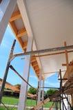 Οικοδόμηση της νέας στέγης για το πεζούλι Εγκαταστήστε Soffit και τη λωρίδα Κατασκευή υλικού κατασκευής σκεπής στοκ φωτογραφία