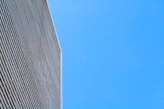 Οικοδόμηση της πρόσοψης με το σαφή ουρανό Στοκ Εικόνα