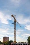 Οικοδόμηση του γερανού πύργων με τον ουρανό ηλιοβασιλέματος στο υπόβαθρο Στοκ φωτογραφία με δικαίωμα ελεύθερης χρήσης