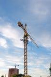 Οικοδόμηση του γερανού πύργων με τον ουρανό ηλιοβασιλέματος στο υπόβαθρο Στοκ εικόνες με δικαίωμα ελεύθερης χρήσης