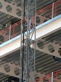 Οικοδόμηση του εργοτάξιου οικοδομής ανάπτυξης με τις δοκούς και το sca ακτίνων Στοκ φωτογραφία με δικαίωμα ελεύθερης χρήσης