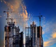 Οικοδόμηση του εργοτάξιου οικοδομής ενάντια στην όμορφη χρήση μπλε ουρανού για ομο στοκ φωτογραφία