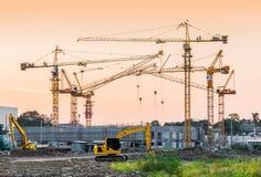 Οικοδόμηση του εργοτάξιου οικοδομής με τα μηχανήματα γερανών πύργων