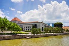 Οικοδόμηση του Κοινοβουλίου στην αποβάθρα βαρκών από τον ποταμό της Σιγκαπούρης Στοκ φωτογραφία με δικαίωμα ελεύθερης χρήσης