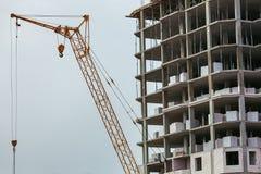 Οικοδόμηση του κτηρίου με το γερανό Στοκ εικόνα με δικαίωμα ελεύθερης χρήσης