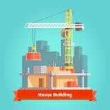 Οικοδόμηση του σπιτιού ουρανοξυστών με το γερανό πύργων Στοκ φωτογραφία με δικαίωμα ελεύθερης χρήσης