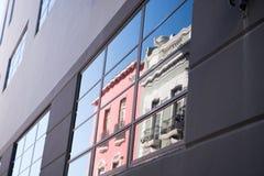 Οικοδόμηση του τοίχου με το απεικονισμένο γυαλί παραθύρων Στοκ Φωτογραφίες