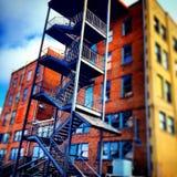 οικοδόμηση τούβλου κάτω από διαφυγών σύγχρονα σκαλοπάτια μετάλλων πυρκαγιάς τα κύρια Στοκ φωτογραφίες με δικαίωμα ελεύθερης χρήσης