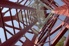 οικοδόμηση τούβλου κάτω από διαφυγών σύγχρονα σκαλοπάτια μετάλλων πυρκαγιάς τα κύρια Στοκ Εικόνες
