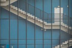 οικοδόμηση τούβλου κάτω από διαφυγών σύγχρονα σκαλοπάτια μετάλλων πυρκαγιάς τα κύρια Στοκ εικόνες με δικαίωμα ελεύθερης χρήσης
