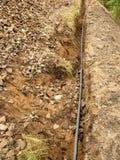 Οικοδόμηση των γραμμών μεταλλικών και καλωδίων οπτικών ινών Τοποθέτηση του υπόγειου καλωδίου σύνδεσης δικτύων ρυμούλκησης Στοκ Φωτογραφία