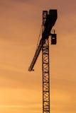 Οικοδόμηση των σκιαγραφιών γερανών στον ουρανό Στοκ Εικόνες