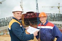 Οικοδόμοι μηχανικών στο εργοτάξιο οικοδομής Στοκ Φωτογραφίες
