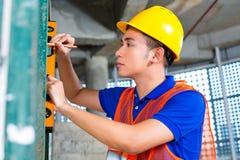 Οικοδόμος ή ελέγχοντας οικοδόμηση ή εργοτάξιο οικοδομής εργαζομένων Στοκ Φωτογραφίες