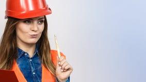 Οικοδόμος κατασκευής μηχανικών γυναικών στο κράνος Στοκ εικόνες με δικαίωμα ελεύθερης χρήσης