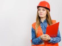 Οικοδόμος κατασκευής μηχανικών γυναικών στο κράνος Στοκ Εικόνα