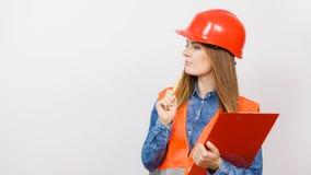 Οικοδόμος κατασκευής μηχανικών γυναικών στο κράνος Στοκ φωτογραφίες με δικαίωμα ελεύθερης χρήσης