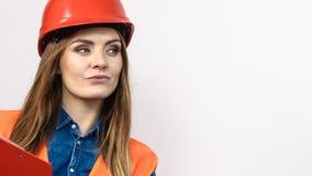 Οικοδόμος κατασκευής μηχανικών γυναικών στο κράνος Στοκ Εικόνες