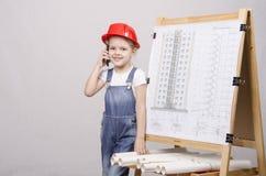 Οικοδόμος παιδιών που μιλά στο τηλέφωνο Στοκ Φωτογραφίες