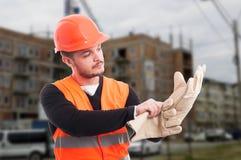 Οικοδόμος που βάζει τα γάντια προστασίας σε ετοιμότητα Στοκ Φωτογραφία